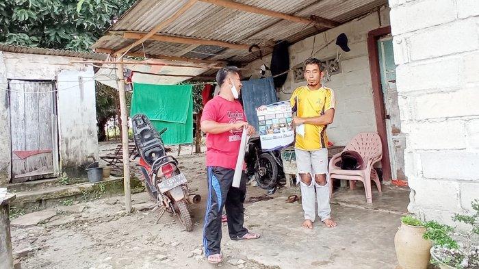 Pemdes Bukit Layang Bagikan Kalender, Masyarakat Desa Bersyukur