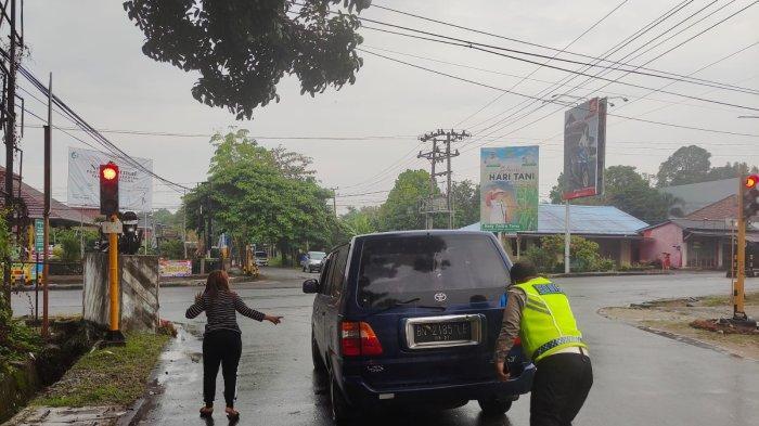 Sigap ! Personel Satlantas Polres Bangka Bantu Ibu-ibu Mogok