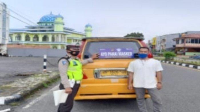 Sat Lantas Polres Bangka Pasang Stiker Ayo Pakai Masker di Angkutan Umum