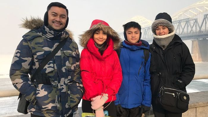 Anjasmara bersama keluarganya saat berlibur ke luar negeri