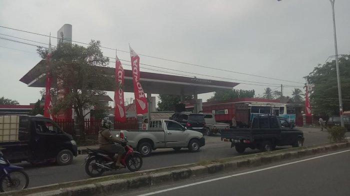 Antrean Kendaraan Meluber di Area SPBU Kampung Jawa Muntok