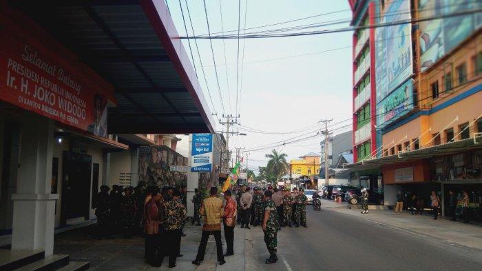 UPDATE Presiden Jokowi ke Bangka, Sejak Pagi Kantor Bangka Pos Group Dijaga Ketat TNI-Polri - aparat-gabungan3.jpg
