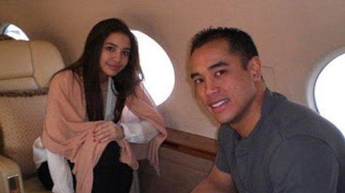 Ardi Bakrie saat masih bersama Manohara naik jet pribadi