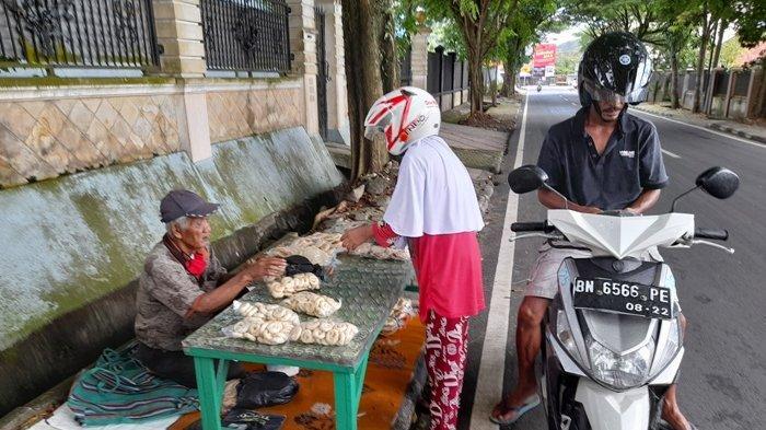Kegigihan Atok Johan, Jual Ampiang dan Kretek di Pinggiran Jalan Kota Pangkalpinang