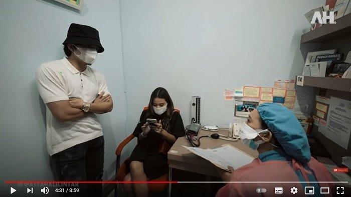 Pasangan selebriti Atta Halilintar dan Aurel Hermansyah pergi ke dokter kandungan.