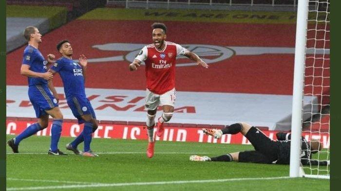 Pemain Arsenal Pierre-Emerick Aubameyang merayakan golnya ke gawang Leicester City.