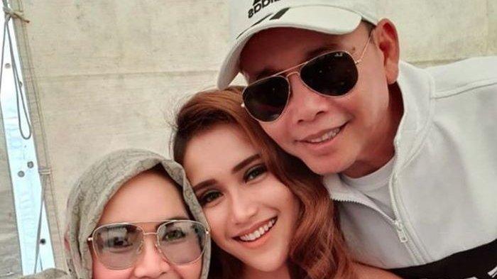 Ayah Rozak, Umi Kalsum dan Ayu Ting Ting