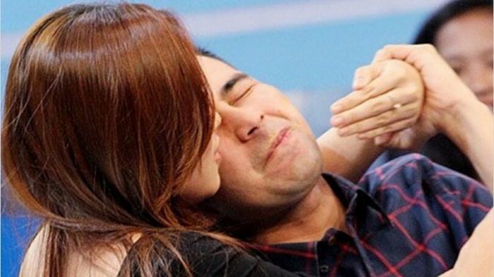 Raffi Ahmad dipeluk dan dicium seorang wanita muda mirip Ayu Ting Ting.