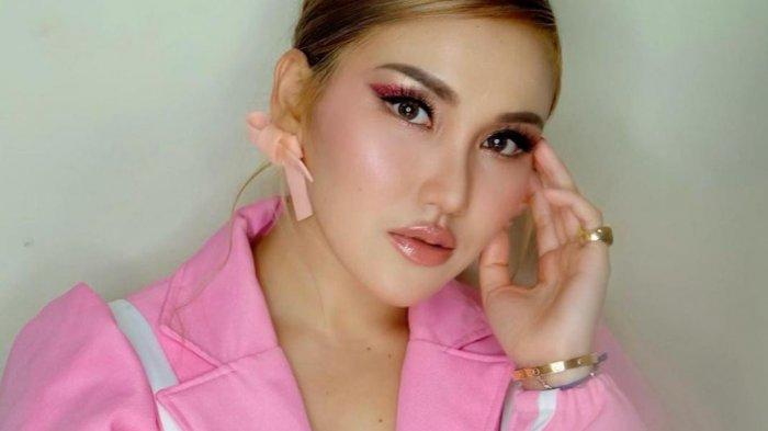 Penampilan Ayu Ting Ting Pakai Mini Dress Ala Korea Jadi Sorotan, Pose Berdiri Kelihatan Paha