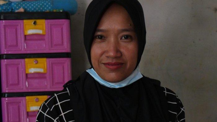 Sekretaris Desa Rukam Bangka Barat, Siti Hawa
