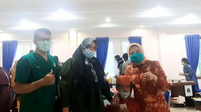 Ketua Dharma Wanita Persatuan (DWP) Provinsi Kepulauan Bangka Belitung (Babel), Sri Rahayu Mulya Naziarto saat proses khitanan Azka (5) di aula Sekretariat DWP Bangka Belitung, Rabu (2/12/2020)