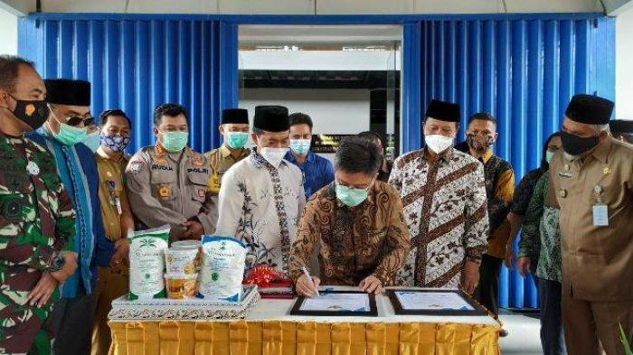 Owner PT Bangka Asindo Agri Fidrianto bersama Pengurus Wilayah Nahdatul Ulama (PWNU) Bangka Belitung, Selasa (15/12/2020) menandatangani MoU  dalam mengembangkan produk lokal di Pabrik Tapioka PT BAA.