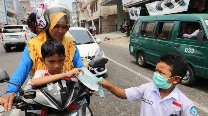 Kabut Asap Selimuti Pangkalpinang, Bocah SD Bagi-bagi Gratis Masker