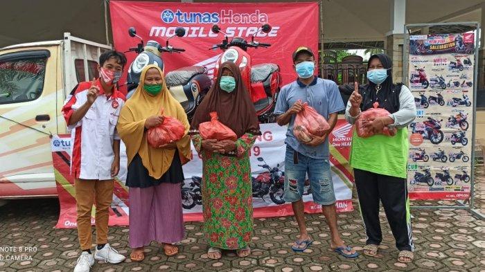Dealer Honda TDM Payung melakukan kegiatan CSR bagi warga Desa Malik. Kegiatan ini dilakukan di halaman kantor Desa Malik. Turut di hadiri Kades Desa Malik Bapak Wendi dan kepala Cabang Honda TDM Payung (Jum'at, 29/01/21).