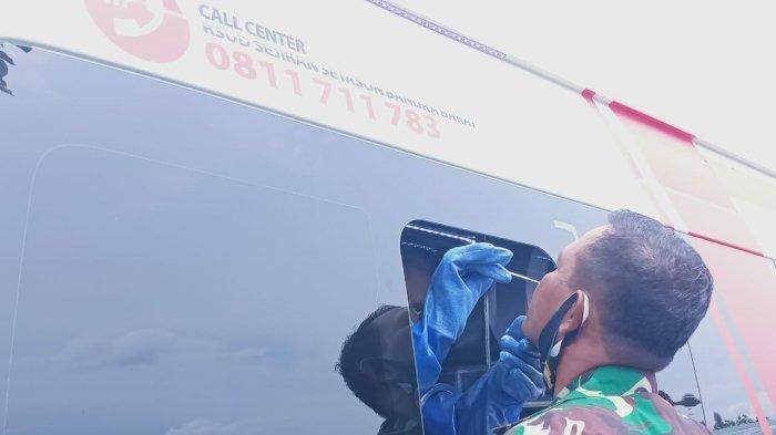 Kasdim 0431/BB Mayor Inf Guru Singa mengikuti tes swab dari mobil PCR milik Pemkab Bangka Barat, Senin siang.