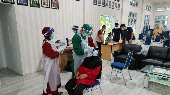 Salah satu pegawai di Kejaksaan Negeri Bangka Barat dilakukan tes Swab