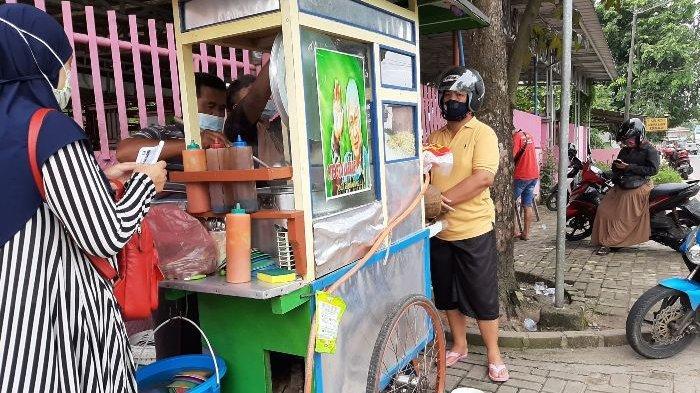 Puluhan pembeli tampak mengantre di tempat mangkal gerobak bakso Joni di Kampung Opas, Pangkalpinang, Selasa (29/12/2020).
