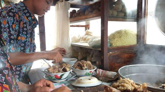 Penjual Bakso Gajah Mungkur menyiapkan hidangan bakso tulang rusuk