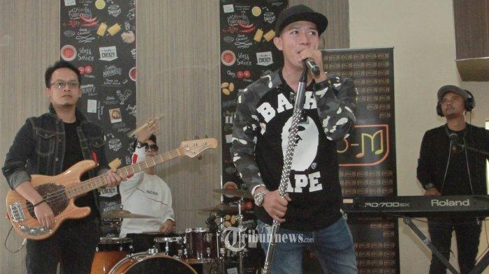 Band Repvblik yang digawangi oleh Ruri (vokal), Hexa (rhythm gitar), Lafi (bass), Tyar (keyboard dan backing vokal), Ei (lead gitar) dan Alif (drum) saat peluncuran album baru di Jakarta, Rabu (26/9/2018). Repvblik kembali mengeluarkan album terbarunya yang diberi judul Omong Kosong, ada 11 lagu yang tercantum di dalamnya album keenamnya tersebut. Berbeda dari biasanya, genre yang dibuat oleh band yang bermarkas di kota Bogor itu kini lebih membuat pendengarnya bergoyang. Namun tidak menghilangkan identitas dari Repvblik.