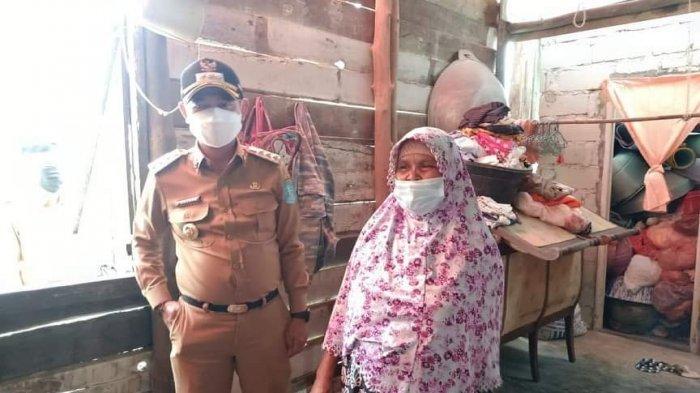 BUPATI Bangka, Mulkan memberikan bantuan secara langsung kepada warga korban angin puting beliung di Kelurahan Air Asam, Kecamatan Belinyu, Kabupaten Bangka, Selasa (22/6).