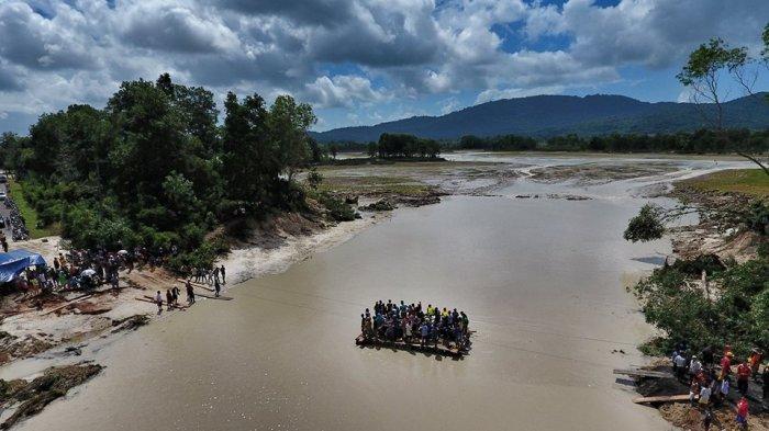 Video Warga Naik Rakit Menyeberang Danau Mempayak