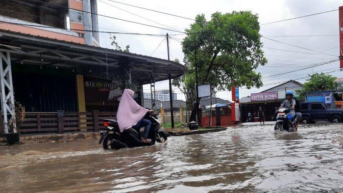Sudah Terbiasa Dilanda Banjir, Pedagang di Jalan Kapten Munzir Ini Sebut Nikmati Saja
