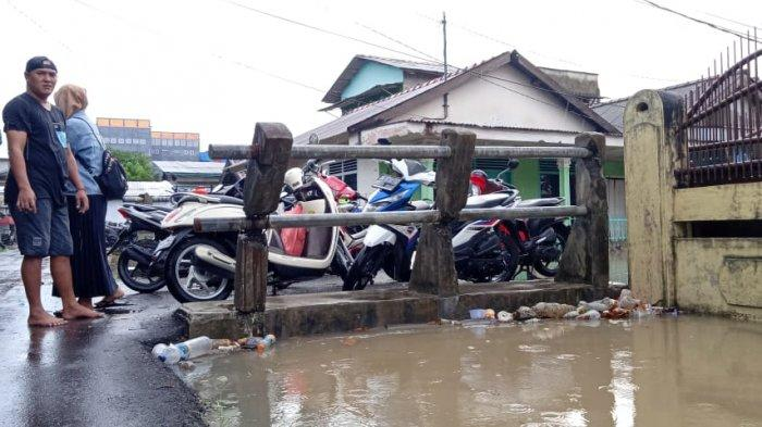 Saat Air Mulai Naik, Warga Kampung Katak Sibuk Selamatkan Motor