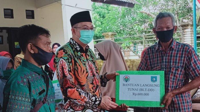 Serahkan BLT Dana Desa, Pesan Markus: Bukan untuk Beli Rokok dan Pulsa