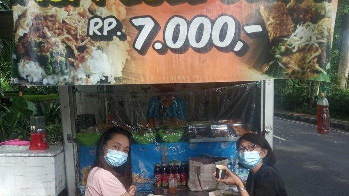 Erni Dwinastiti, pengusaha pecel asal Denpasar, Bali, yang sedang meladeni pembeli, mulai meminjam sejak 2019 dan 2020, mengatakan pembiayaan UMKM yang diberikan oleh FIFGROUP sangat membantu untuk tetap meneruskan usahanya dan bertahan di kondisi pandemi saat ini, terutama untuk menambah modal dalam berjualan pecel yang ia lakukan dengan menggunakan mobil. FIFGROUP juga memberikan kemudahan dalam pengajuan pinjaman bantuan dana bergulir ini.