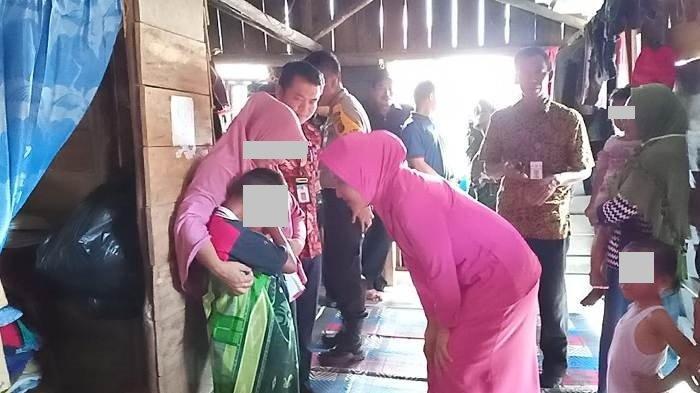 Kapolsek Sungailiat dan Rombongan Kunjungi Bocah Korban Sodomi, Beri Bantuan Sembako dan Sepeda