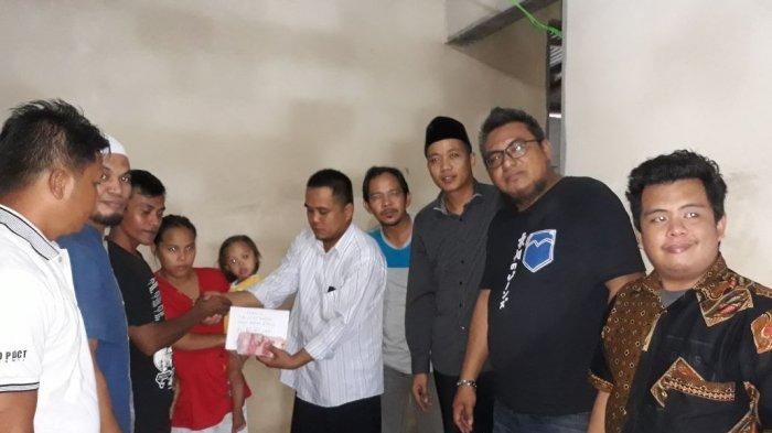 Group WA 'Ngopi' Salurkan Bantuan untuk Rianti Penderita Kangker Darah di Pedindang