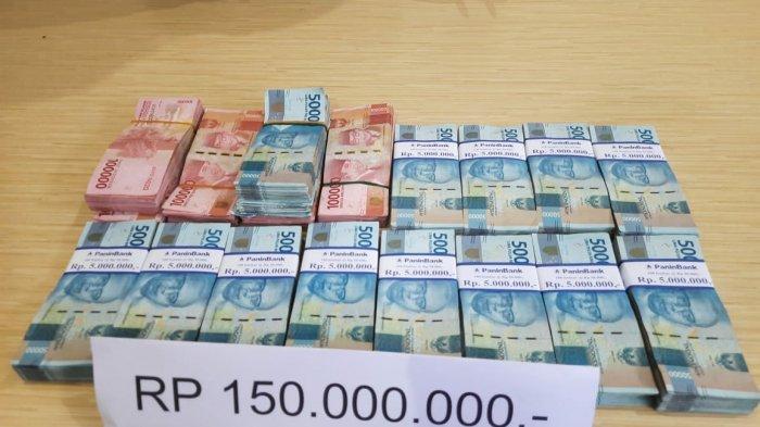 Uang barang bukti terkait kasus dugaan tindak pidana korupsi pengadaan pakaian Linmas dan atribut kerja lapangan Satuan Polisi Pamong Praja (Satpol PP) kabupaten Bangka Selatan tahun anggaran 2020