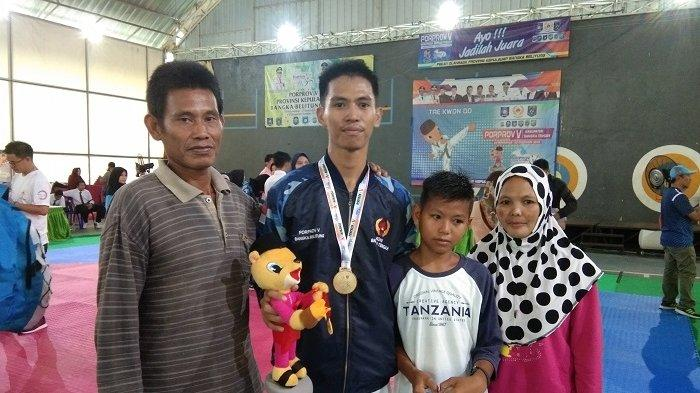 Bati Pangestu Didekap Sang Ayah Usai Meraih Satu Medali Emas Cabor Taekwondo