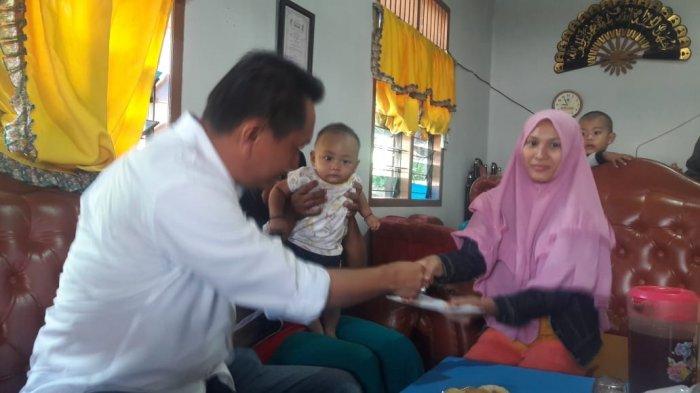 Bambang Patijaya Ulurkan Bantuan Dana Untuk Bayi Penderita Kelainan Kelamin
