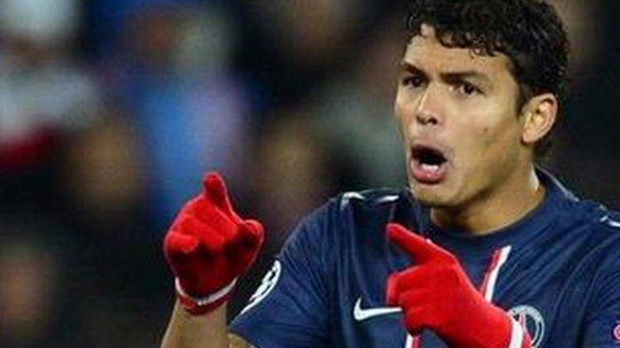 Thiago Silva sekarang jadi bek Chelsea.