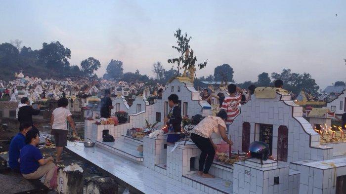 Warga keturunan Tionghoa berkumpul melakukan ritual sembahyang kubur atau ceng beng di Pekuburan Kemujan, Sungailait, Kabupaten Bangka