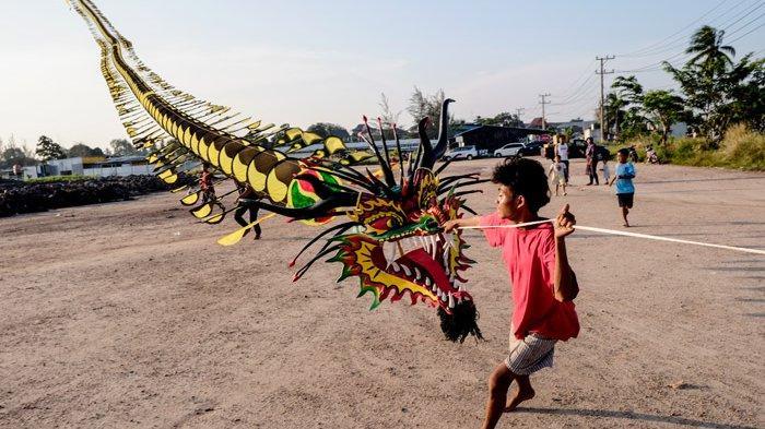 Delapan Orang Terbangkan Layangan Naga 90 Meter, Menarik Perhatian Warga di Sekitar Kolong Retensi
