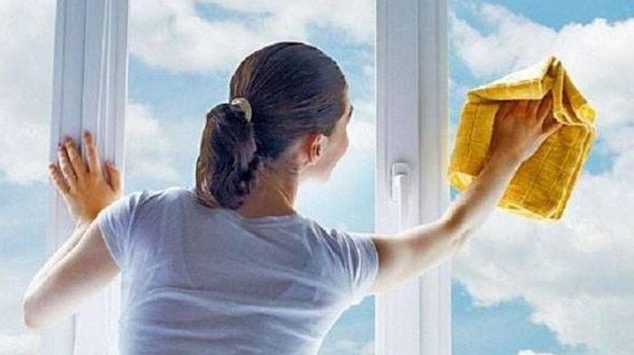 Pengen  Jendela Rumah Kinclong, Perhatikan 3 Tips Ini Ketika Membersihkan!