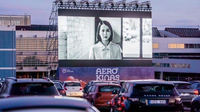 Tempat Parkir Pesawat di Bandara Lithuania Difungsikan Jadi Bioskop Drive-In