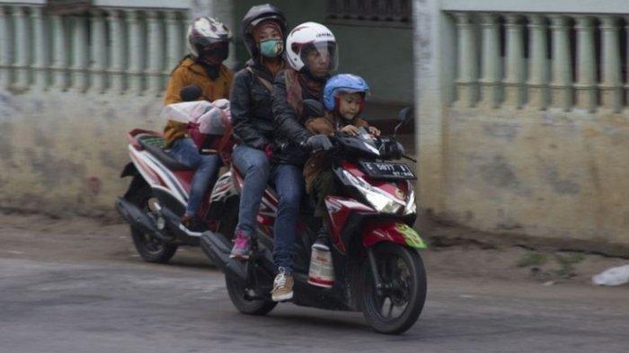Mulai Sekarang Hindari Boncengkan Anak di Depan Motor, Ini Alasannya