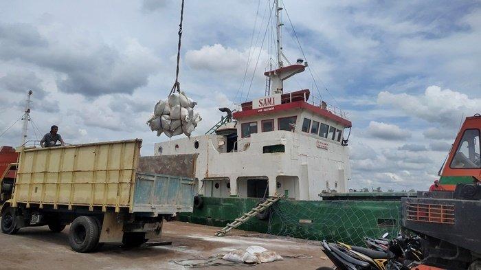 Bongkar muat barang di Pelabuhan Pangkalbalam