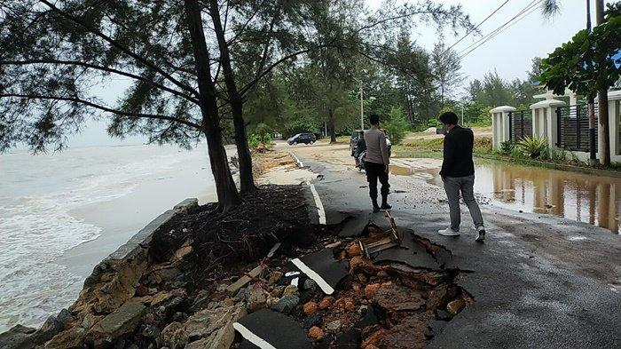 Kapolsek Bukitintan Cek Kondisi Pantai Pasir Padi, Jalan Rusak Dihantam Air Laut Saat Pasang - bp1.jpg