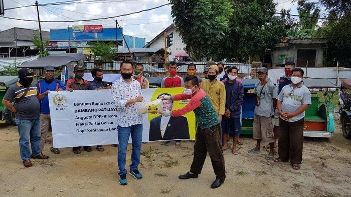 Bambang Patijaya Salurkan Bantuan Sembako untuk Pengendara Bentor