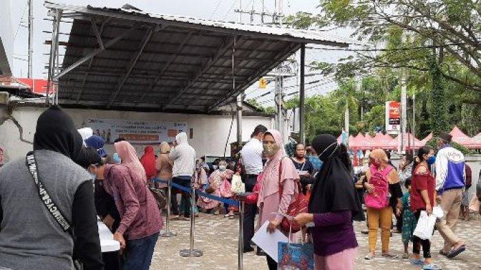 Puluhan warga terlihat mengantre memenuhi halaman Kantor BRI Cabang Pangkalpinang untuk mengambil BPUM atau BLT UMKM, Senin (21/12/2020).