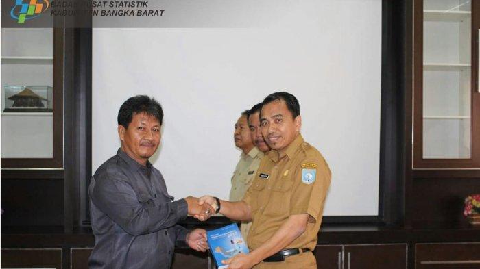 BPS Bangka Barat Serahkan Buku Kabupaten Babar dalam Angka 2017