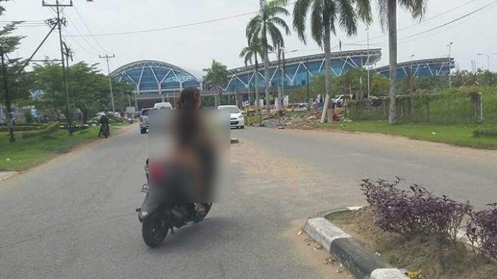 Wanita Naik Motor Tanpa Busana Hendak Masuk Bandara Bikin Kaget Warga