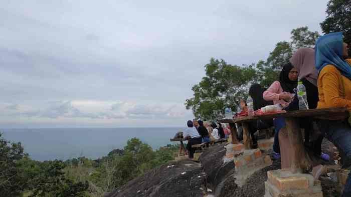 Penasaran Mau Lihat Indahnya Pantai dari Atas Bukit ? Ayo ke Bukit Pilar Matras Suguhkan Pesona Alam - bukit-pilar-5.jpg