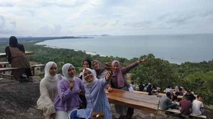 Para pengunjung saat berselfi ria di Wisata Alam Bukit Pilar Matras
