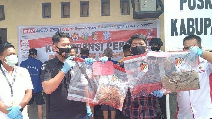 Kasat Reskrim Polres Aceh Singkil, Iptu Noca Tryananto (dua kiri) tunjukkan barang bukti parang yang digunakan TM membacok istrinya, Rabu (27/1/2021).