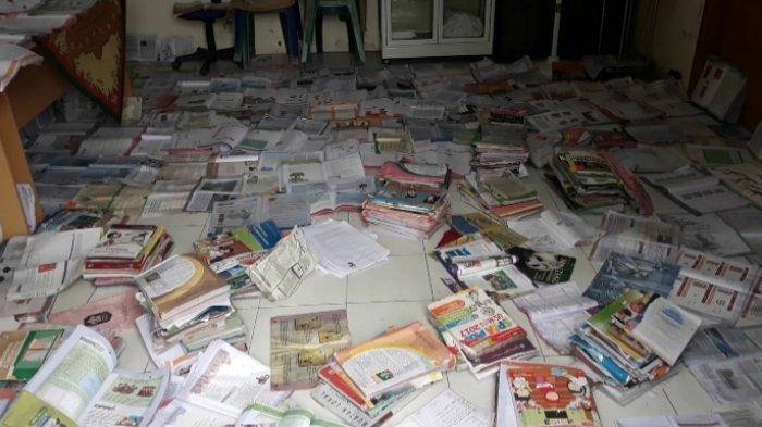 Pasca Banjir Sungailiat, Buku-Buku Siswa SDN 6 Deniang Dijemur di Kantor Desa